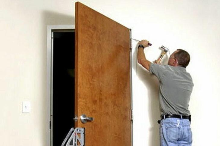 Демонтаж дверного блока