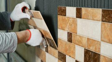 Наклейка керамической плитки на стены